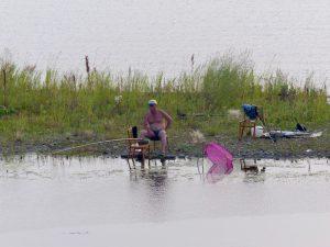 Ein Einheimischer sitzt an einem See in Irkutsk