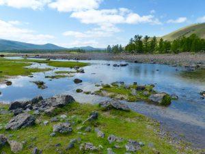 Grüne Täler und Flüsse, die Aussicht bei deiner Reise mit der Transsibirischen Eisenbahn