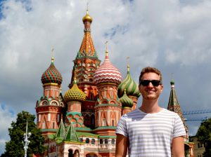 Ich stehe vor der großen roten Kathedrale in Moskau