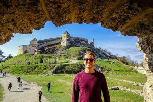 Ich stehe vor der Festung in Brasov in Transilvanien, Rumänien