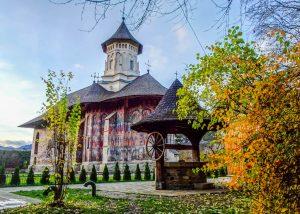 Ein bunt bemaltes Kloster in Bukowina im Norden