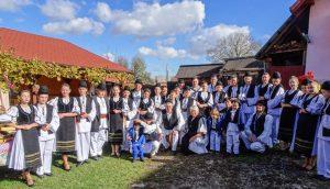 Einheimische in traditioneller Kleidung bei einer rumänischen Hochzeit