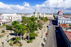 Der Blick auf Cienfuegos beim backpacking in Kuba