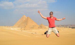 Sprung vor den großen Pyramiden von Gizeh, der bekanntesten Sehenswürdigkeit Ägyptens