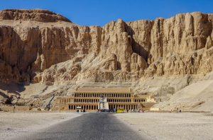 Blick auf den Hatschepsut Tempel im Berg von außen