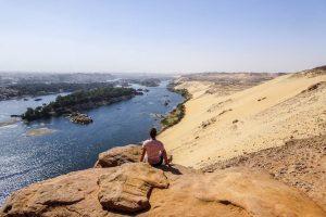 Blick von den Gräbern bei Aswan auf die Wüste und den Nil, eine von Ägyptens Sehenswürdigkeiten