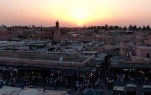 Sonnenuntergang beim Jemaa el-Fnaa Platz, eine Marokko Sehenswürdigkeit in Marrakesch