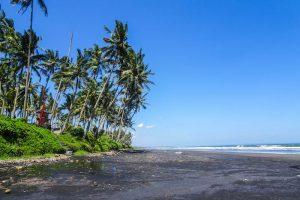 Leerer Strand und blauer Himmel zur besten Bali Reisezeit