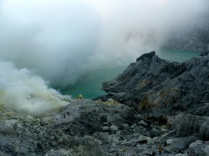 Ijen Vulkankrater mit Kratersee