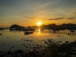 Blick von Labuan Bajo zum Sonnenuntergang