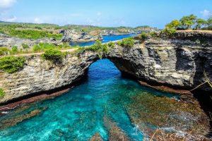Backpacking zum Broken Beach auf Nusa Penida in Indonesien