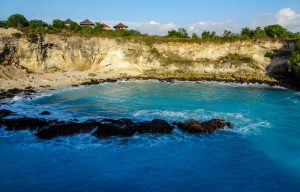 Blue lagoon on Nusa Ceningan while backpacking Indonesia