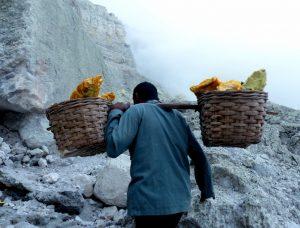 Schwere Arbeit im Ijen Vulkan