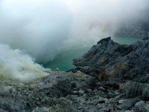 Blick auf den Kratersee im Ijen