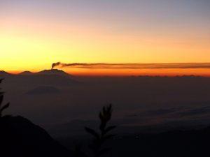 Rauchender Mount Agung beim Sonnenaufgang auf Java