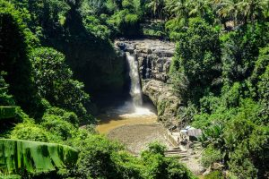 Bali backpacking to the crowded waterfall