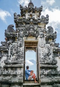Sitzend am Pura Lempuyang Tempel