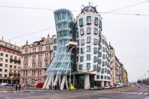 Sehenswerte Architektur am tanzenden Haus in Prag