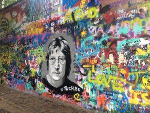 Die John Lennon Wand ist sehenswert in Prag