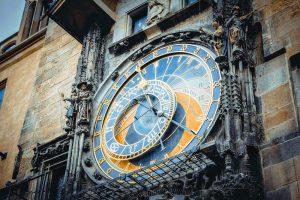 Blick auf die astronomische Uhr - eine berühmte Prager Sehenswürdigkeit