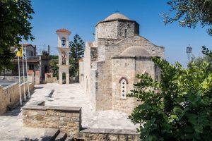 Blick auf die Kirche im Agrotourismus Dorf Lysos