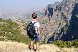Äthiopien Reisetipps für Urlauber, Person mit Blick auf Gebirge