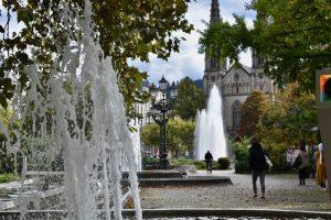 Springbrunnen und Bäume auf Platz in Baden Baden