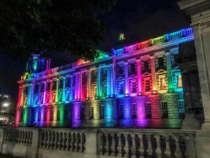 Die bunt angestrahlte City Hall Belfasts ist sehr sehenswert