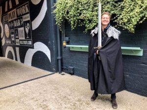 In Belfast wurde Game of Thrones gedreht, ich posiere mit Schwert