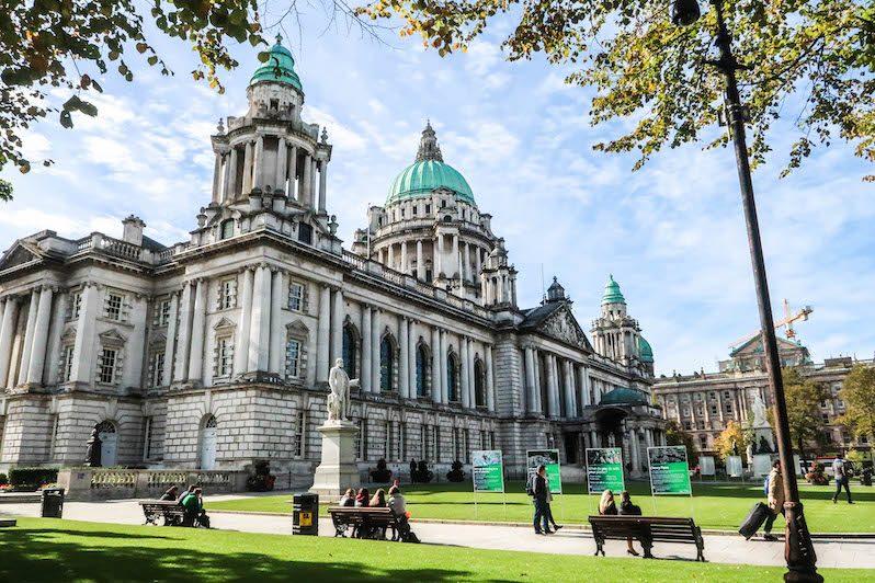 Das Rathaus bzw. die City Hall gilt als bekannte Sehenswürdigkeit in Belfast