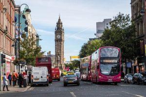 Belfast hat einige Sehenswürdigkeiten zu bieten, hier eine Straße mit dem großen Turm