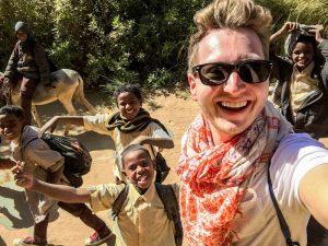 Selfie mit einheimischen Kindern beim Sudan Urlaub