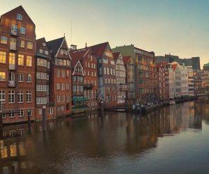 Rote Häuser am Fluss in Hamburg