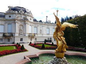 Schloss Lindenhof von vorne mit Statue und Brunnen als einer der schönsten Orte Deutschlands