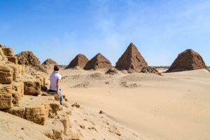 Blick auf die Nuri Pyramiden, welche zu den Sudan Sehenswürdigkeiten in der Wüste zählen
