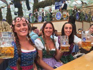 Frauen mit Bierkrügen auf dem Oktoberfest München