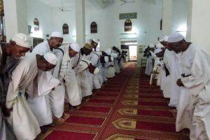 Moschee in Khartoum mit Menschen beim Gebet