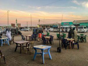 Tische beim Sonnenuntergang auf der Straße in Wadi Halfa
