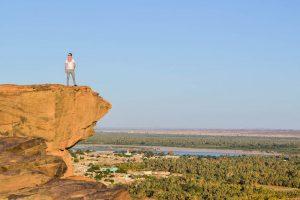 Steinfelsen Jebel Barka mit Person darauf und Aussicht auf dem Nil als eine der tollsten Sudan Sehenswürdigkeiten meiner Rundreise