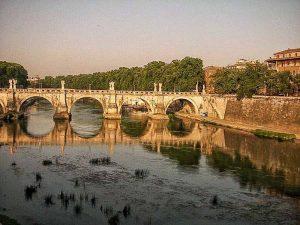 Am Tiber in Rom sind verschiedene Sehenswürdigkeiten