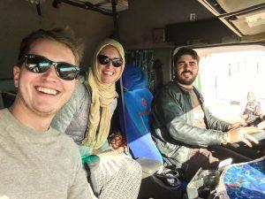 Sudan im Truck bereisen, Selfie mit drei Personen im LKW