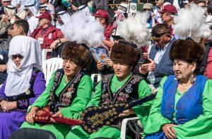 Zuschauer in Reihen bei den World Nomad Games Kirgistan