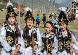 Vier Mädchen in traditionellen Kostümen