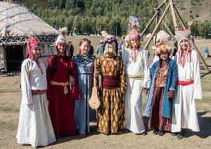 Nomaden mit verschiedenen traditionellen Kleidern in Kirgistan