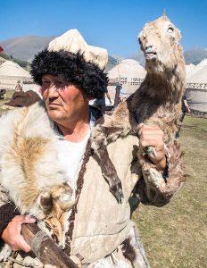 Nomade mit Ziege bei den World Nomad Games Kirgistan 2018