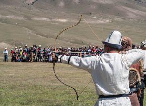 Bei den World Nomad Games in Kirgistan gibt es verschiedene Sportarten, beispielsweise Bogenschießen