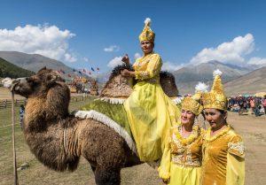 Kamel mit Nomaden in Kirgistan
