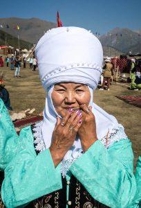 Frau in traditioneller kirgisischer Kleidung