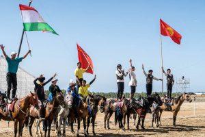 Nomaden stehend auf Pferden