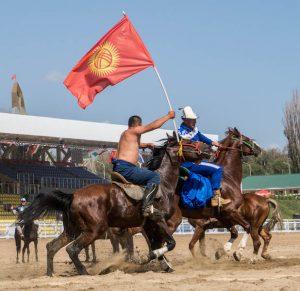 Zwei Reiter beim Pferdewrestling der World Nomad Games